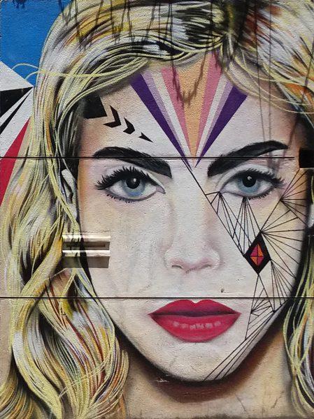 luxxli अज्ञात कलाकारहरू र सम्पूर्ण संसारबाट ग्यालेरी मालिकहरू जडान गर्दै